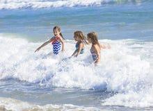 Ungar som plaskar i havet på semester Arkivbild