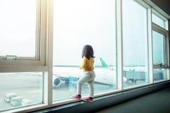 Ungar som reser begrepp Bak av vänta för två år gammalt flicka arkivbild
