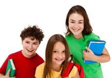 Ungar som rymmer böcker isolerade på vit bakgrund arkivbild