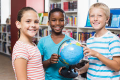 Ungar som rymmer jordklotet i arkiv royaltyfri foto
