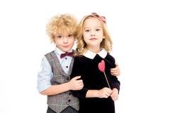 Ungar som rymmer röd hjärta Arkivfoton