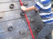Ungar som rymmer repet till upp barnens kulle arkivbilder