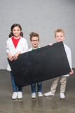 Ungar som rymmer svart tavla Arkivbilder