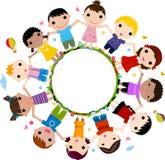 Ungar som sammanfogar händer för att bilda en cirkel Royaltyfri Fotografi