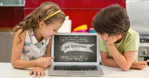 Ungar som ser en dator med skolasymboler på skärmen Arkivbilder
