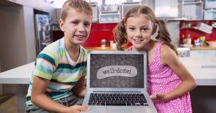 Ungar som ser en dator med skolasymboler på skärmen Royaltyfria Foton