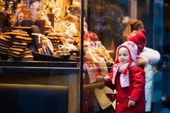 Ungar som ser godisen och bakelse på jul, marknadsför Royaltyfri Fotografi