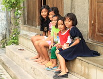 Ungar som sitter på trappa i Yogyakarta Arkivfoton