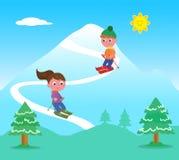 Ungar som skidar på berg Royaltyfri Foto