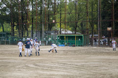 Ungar som spelar baseball i Osaka, Japan Royaltyfri Foto
