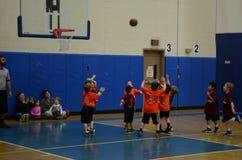Ungar som spelar basket Arkivbilder