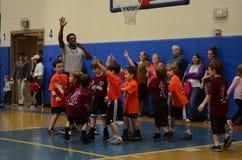 Ungar som spelar basket Fotografering för Bildbyråer