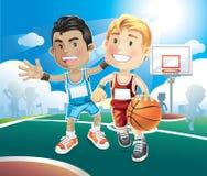 Ungar som spelar basket på den utomhus- domstolen. Fotografering för Bildbyråer