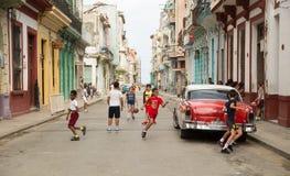 Ungar som spelar bollar i gatan arkivbilder