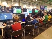 Ungar som spelar dataspelar på händelsen Royaltyfri Foto