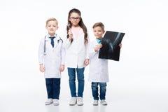 Ungar som spelar doktorer arkivbild