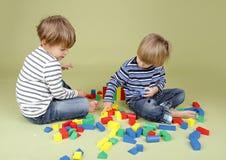 Ungar som spelar en lek, dela och en teamwork arkivbilder