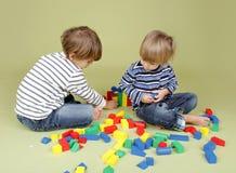 Ungar som spelar en lek, dela och en teamwork royaltyfri bild