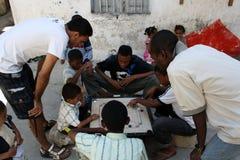 Ungar som spelar en lek zanzibar Arkivfoton