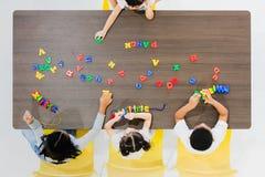 Ungar som spelar färgrik leksaker royaltyfri fotografi