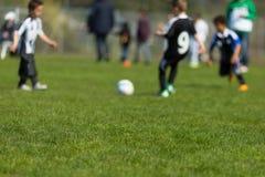 Ungar som spelar fotboll Royaltyfria Foton