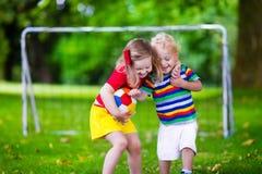 Ungar som spelar fotboll i en parkera Royaltyfria Foton