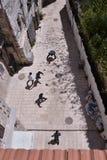 Ungar som spelar fotboll i Jerusalem royaltyfri fotografi