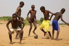 Ungar som spelar fotboll i Saint Louis Royaltyfri Fotografi