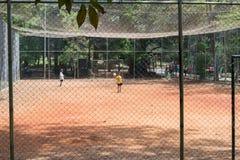 Ungar som spelar fotboll på Aclimacaoen, parkerar i Sao Paulo Arkivfoton