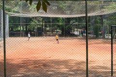 Ungar som spelar fotboll på Aclimacaoen, parkerar i Sao Paulo Royaltyfria Foton