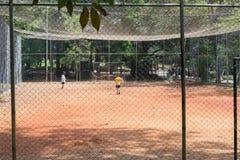 Ungar som spelar fotboll på Aclimacaoen, parkerar i Sao Paulo Arkivbilder