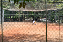 Ungar som spelar fotboll på Aclimacaoen, parkerar i Sao Paulo Arkivfoto