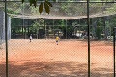 Ungar som spelar fotboll på Aclimacaoen, parkerar i Sao Paulo Royaltyfri Fotografi