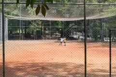 Ungar som spelar fotboll på Aclimacaoen, parkerar i Sao Paulo Arkivbild