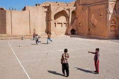 Ungar som spelar fotboll på gatan Fotografering för Bildbyråer