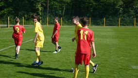 Ungar som spelar fotboll som slår mål och tycker om stock video