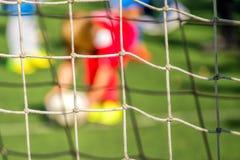 Ungar som spelar fotboll, straff Arkivbilder