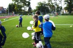 Ungar som spelar fotboll tillsammans Royaltyfri Foto