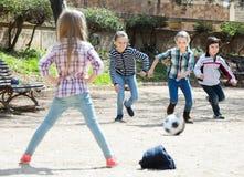 Ungar som spelar gatafotboll Arkivfoto