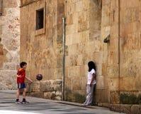 Ungar som spelar i centrum av Salamanca arkivfoto