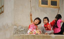 Ungar som spelar i en by Fotografering för Bildbyråer