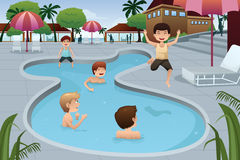 Ungar som spelar i en utomhus- simbassäng Arkivfoto