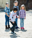 Ungar som spelar i hoppa hagelek Royaltyfri Foto