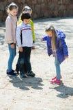 Ungar som spelar i hoppa hagelek Arkivfoto