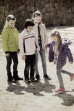 Ungar som spelar i hoppa hagelek Arkivbilder