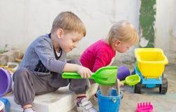 Ungar som spelar i lekplats arkivbilder