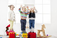 Ungar som spelar i rummet arkivbilder