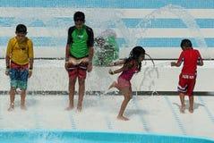 Ungar som spelar i springbrunnen Royaltyfria Foton