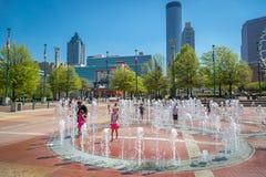 Ungar som spelar i vattnet under en varma söndag i i stadens centrum Atlanta Royaltyfri Fotografi
