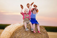 Ungar som spelar i vetefält i Tyskland Royaltyfria Bilder